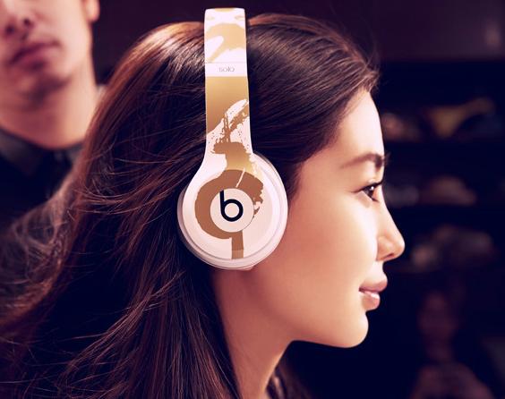 Woman-using-heaphones headphones